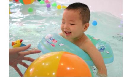 真的要等到宝宝长大了再学游泳?这些你需要了解