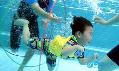 深秋将至,气温骤降,亲子游泳成为时尚 亲子游泳的好处 家长对亲子游泳的看法。1