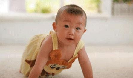 宝宝爬得快、走路早,秘密是多游泳