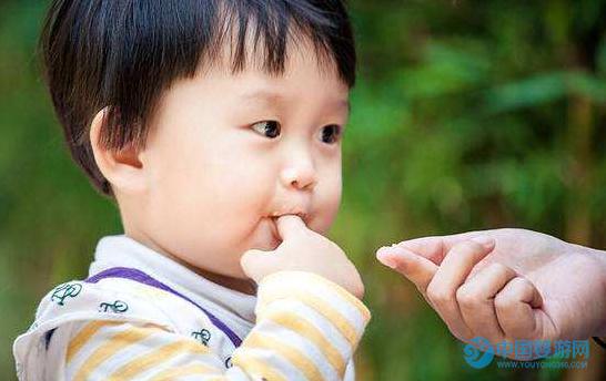 宝宝总喜欢吃手,需要制止吗?