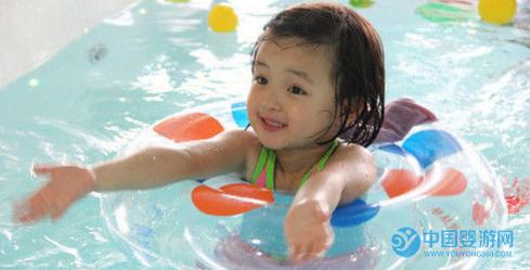为什么宝宝在家游泳效果远不及在婴儿游泳馆? 婴儿游泳的好处 婴儿游泳的效果