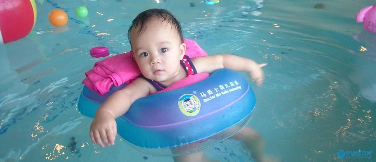 """坚持婴儿游泳,宝宝的变化让您笑出""""猪叫声"""" 坚持婴儿游泳的宝宝的变化"""