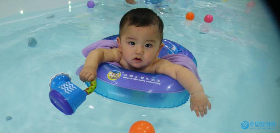 """坚持婴儿游泳,宝宝的变化让您笑出""""猪叫声"""" 坚持婴儿游泳的宝宝的变化3"""