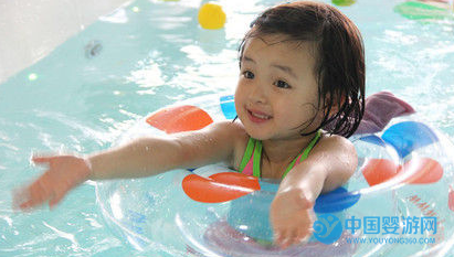 """猪年到,带宝宝去游泳才是呵护""""掌上明猪""""的正确方式 婴儿游泳的好处 婴儿游泳有哪些好处 关于婴儿游泳四个常见问题1"""