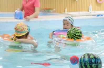 宝宝游泳时这五个举动,是高智商的表现 坚持婴儿游泳的好处 婴儿游泳促进智力发育 婴儿游泳的好处1