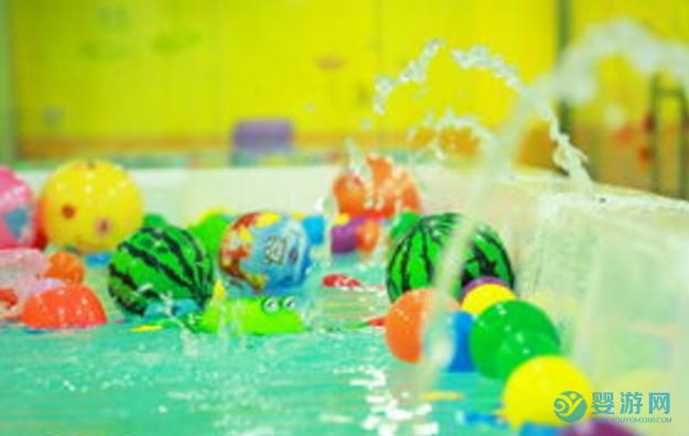 婴儿游泳的好处,越放松效果越好! 坚持婴儿游泳的好处 婴儿游泳注意事项 怎么保证婴儿游泳好处1