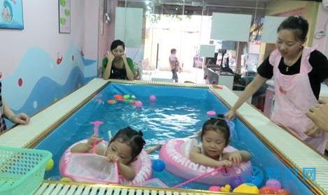 为什么剖腹产的宝宝更应该游泳?这四点你要知道!剖腹产宝宝游泳的好处 坚持婴儿游泳的好处 婴儿游泳的好处1