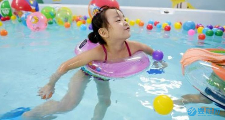 一天之中,宝宝什么时候游泳锻炼效果最好?分析之后焕然大悟!坚持婴儿游泳的好处 不同时间游泳的影响 什么时候游泳效果好2