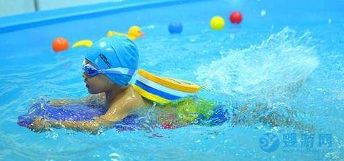 坚持婴儿游泳的孩子,身体正在悄悄的发生这些变化 坚持婴儿游泳的好处 婴儿游泳宝宝的变化 婴儿游泳的好处有哪些