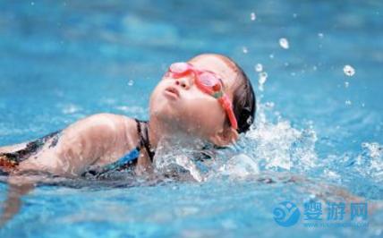 婴儿游泳全面提高宝宝七项能力! 坚持婴儿游泳的好处 婴儿游泳的七大好处 婴儿游泳提高宝宝能力1