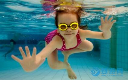 婴儿游泳全面提高宝宝七项能力! 坚持婴儿游泳的好处 婴儿游泳的七大好处 婴儿游泳提高宝宝能力