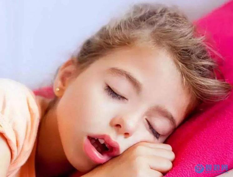 宝宝喜欢张着嘴巴睡觉是怎么回事? 孩子喜欢张着嘴巴睡觉,家长不以为意,等孩子长大后,肠子都悔青了! 宝宝张嘴呼吸的危害 宝宝张口呼吸的原因 宝宝张嘴睡觉怎么办