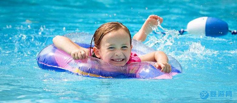 专家:别担心!秋季出生的新生儿也可以练习游泳! 新生儿游泳的好处 坚持婴儿游泳的好处 秋季新生儿可以游泳吗2