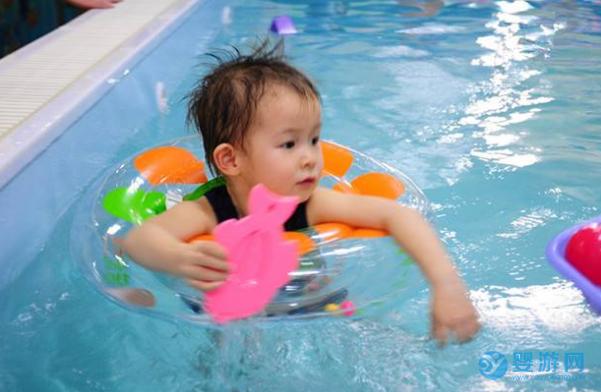 婴儿游泳究竟能给宝宝带来怎样的变化?来看家长怎么说!坚持婴儿游泳的好处 婴儿游泳有哪些好处 婴儿游泳的好处有哪些