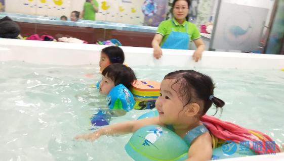 婴儿游泳的七大好处,越早知道对宝宝越好! 坚持婴儿游泳的好处 婴儿游泳有哪些好处 婴儿游泳注意事项 婴儿游泳的时间安排3