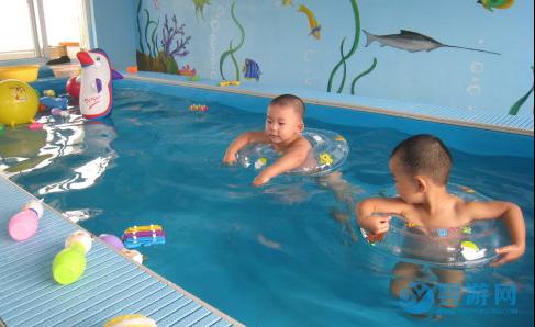 婴儿游泳的七大好处,越早知道对宝宝越好! 坚持婴儿游泳的好处 婴儿游泳有哪些好处 婴儿游泳注意事项 婴儿游泳的时间安排33 (2)