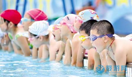 宝宝坚持婴儿游泳真的很加分! 坚持婴儿游泳的好处 婴儿游泳有哪些好处 婴儿游泳为宝宝加分1