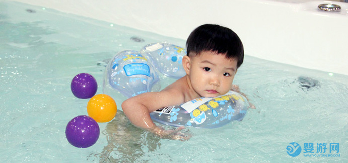 让宝宝冬季坚持婴儿游泳的6个理由! 婴儿游泳的好处 冬季坚持婴儿游泳好处 婴儿游泳有哪些好处 坚持婴儿游泳的好处 (3)