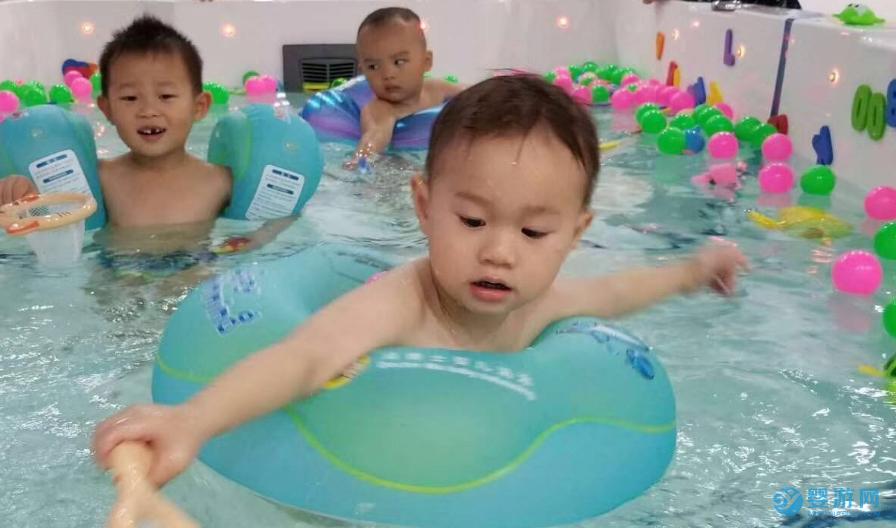 让宝宝冬季坚持婴儿游泳的6个理由! 婴儿游泳的好处 冬季坚持婴儿游泳好处 婴儿游泳有哪些好处 坚持婴儿游泳的好处 (1)