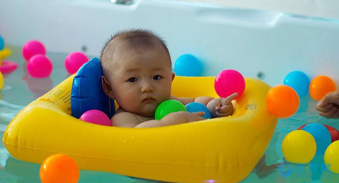 冬季水温多少度才适合宝宝进行婴儿游泳? 冬季婴儿游泳注意事项 婴儿游泳水温室温控制 冬季婴儿游泳环境要求