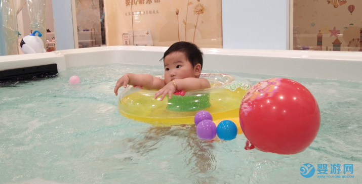 为什么总是强调婴儿游泳要去专业的婴儿游泳馆? 坚持婴儿游泳的好处 宝宝可以去成人泳池吗 宝宝在家游泳效果好吗1 (1)4