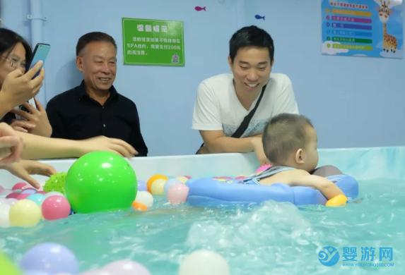 为什么总是强调婴儿游泳要去专业的婴儿游泳馆? 坚持婴儿游泳的好处 宝宝可以去成人泳池吗 宝宝在家游泳效果好吗1 (2)