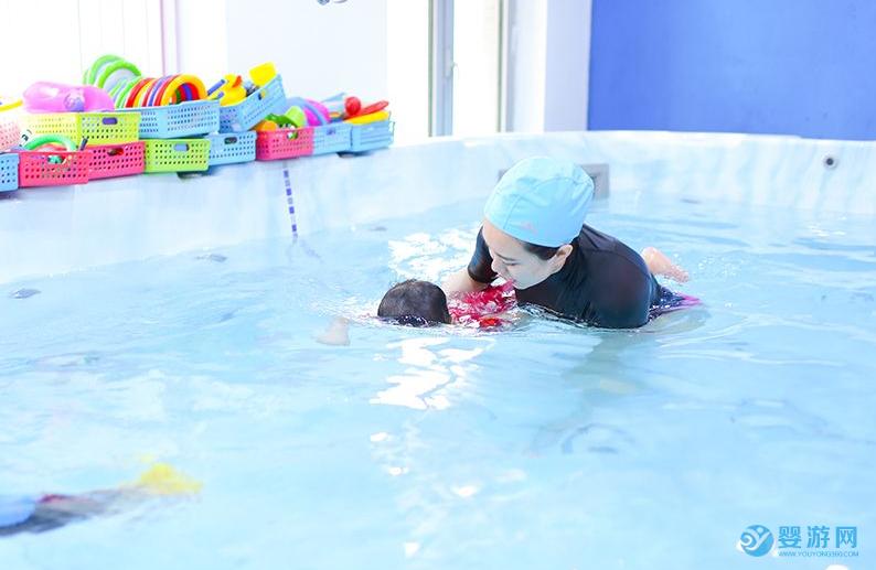 从不被看好到坚持不懈,婴儿游泳已经深入家长的育儿观 坚持婴儿游泳的好处 坚持婴儿游泳之后的变化 婴儿游泳的好处有哪些 (1)