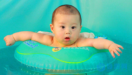 婴儿游泳这些小毛病不及时改正,一旦出问题,后悔都来不及! 坚持婴儿游泳的变化 坚持婴儿游泳的好处 婴儿游泳有哪些好处 婴儿游泳的好处有哪些1 (6)