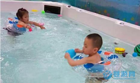 婴儿游泳这些小毛病不及时改正,一旦出问题,后悔都来不及! 坚持婴儿游泳的变化 坚持婴儿游泳的好处 婴儿游泳有哪些好处 婴儿游泳的好处有哪些1 (3)