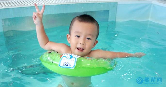 婴儿游泳促进宝宝五项能力发展及潜力提升,值得投资的运动 坚持婴儿游泳六大好处 婴儿游泳的好处有哪些 坚持婴儿游泳有哪些好处1