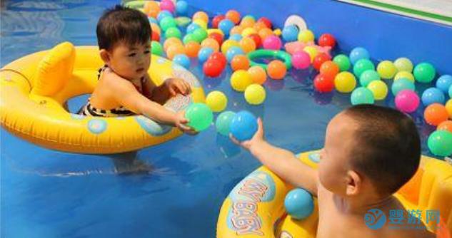 游泳和不游泳的孩子,入学后的表现有什么不同? 坚持婴儿游泳的好处 婴儿游泳有哪些好处 婴儿游泳的好处有哪些