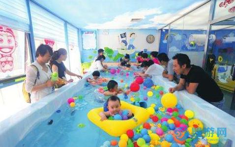 与其花大钱给宝宝报培训班,不如花小钱带孩子去游泳!它不香吗? 带孩子进行婴儿游泳和给孩子报培训班,哪个更适合孩子? (4)