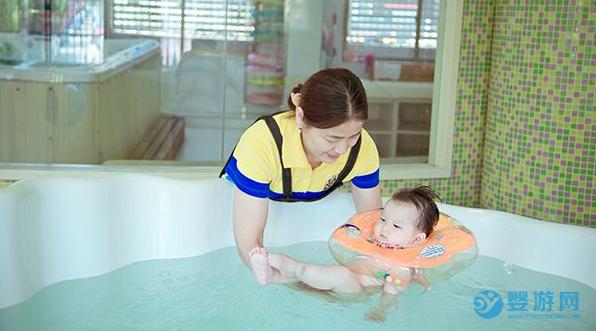 冬季带孩子去婴儿游泳馆,健康欢乐好处多! 坚持婴儿游泳的好处 冬季婴儿游泳注意事项 哪些孩子不能婴儿游泳