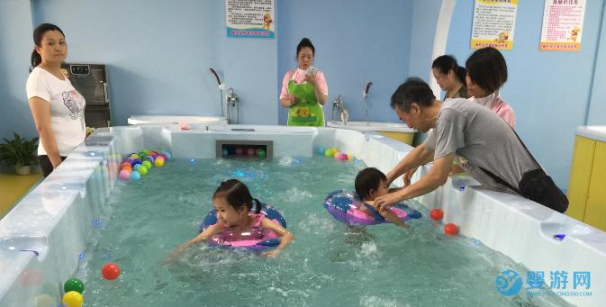 担心孩子冬季免疫力下降乱吃补品?不如带孩子进行婴儿游泳! 坚持婴儿游泳的好处 婴儿游泳有哪些好处 婴儿游泳提高免疫力 (5)