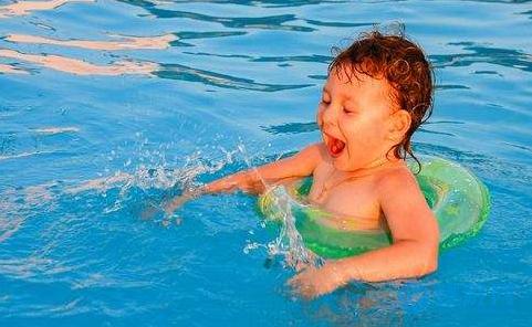 与其在家蒸桑拿,不如带孩子清凉一夏!婴儿游泳,你值得拥有! 坚持婴儿游泳的好处 夏季带宝宝游泳的好处 婴儿游泳有哪些好处 (4)