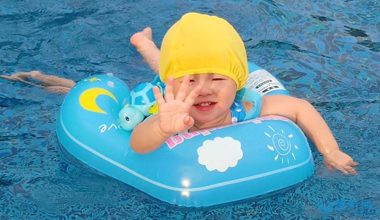 不吹牛,坚持婴儿游泳后的宝宝,变化真的挺大的! 坚持婴儿游泳的好处 婴儿游泳有哪些好处 坚持婴儿游泳前后变化 (4)