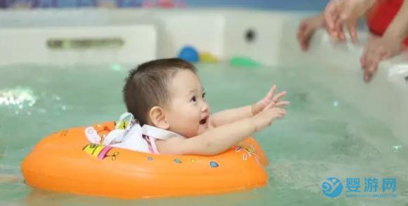 从来没带宝宝进行婴儿游泳的家长,您需要注意了! 婴儿游泳的好处 婴儿游泳有哪些好处 夏季婴儿游泳好处 (4)