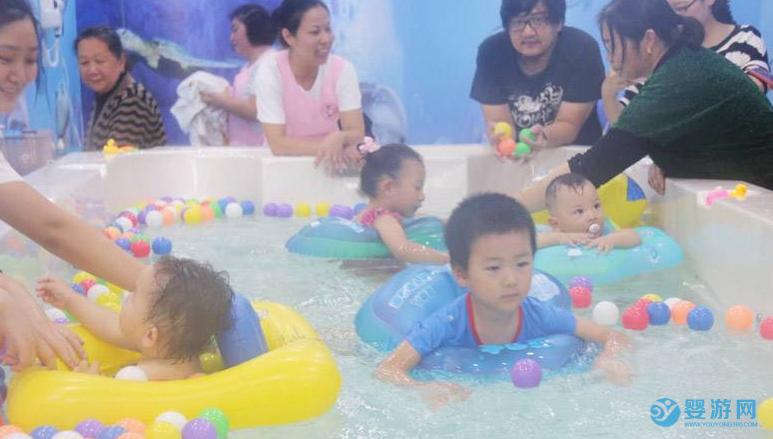 婴儿游泳有助于孩子的智力发育 婴儿游泳的好处 婴儿游泳有哪些好处 宝宝游泳的优势 (3)