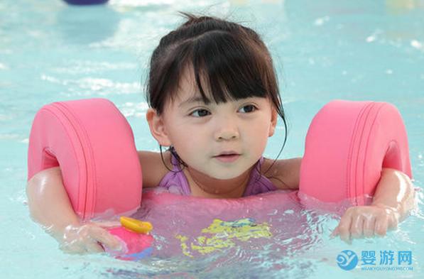 原来婴儿游泳的规矩这么多,怪不得和其他孩子有差距! 婴儿游泳有哪些好处 婴儿游泳注意事项 婴儿游泳安全吗 (6)