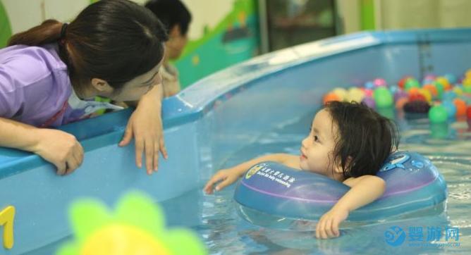 有没有想过,经营婴儿游泳馆,我们的服务对象是家长还是孩子? 婴儿游泳馆经营管理 开婴儿游泳馆怎么做 婴儿游泳馆怎么赚钱 (1)